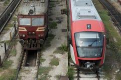 Un nuovo ed un vecchio treno Fotografia Stock
