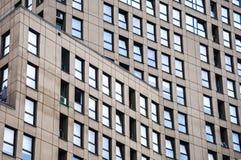 Un nuovo edificio residenziale moderno dentro in città Fotografia Stock