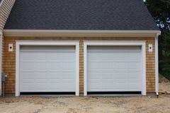 Un nuovo garage di 2 automobili Immagine Stock