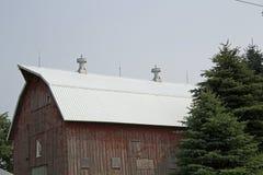 Un nuovo tetto su un vecchio granaio Immagine Stock