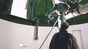 Un observateur professionnel d'ingénieur d'un coronographe solaire à un observatoire solaire travaille avec un télescope scientif clips vidéos