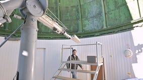 Un observateur professionnel d'ing?nieur d'un coronographe solaire ? un observatoire solaire travaille avec un t?lescope scientif clips vidéos