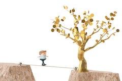 Un officeman marchant sur la corde en acier au-dessus du canyon, vont à l'arbre d'or Photo libre de droits