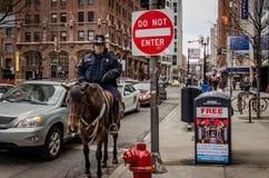 Un oficial de policía es de servicio en Chicago céntrica Fotos de archivo