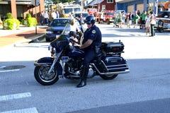 Un oficial de policía de la motocicleta en una asignación de tráfico foto de archivo