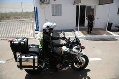 Un oficial de prisiones israelí del policía en la motocicleta Imagenes de archivo