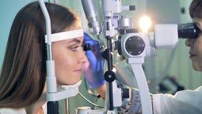 Un oftalmologo conferma i buoni risultati ad una donna durante la prova archivi video