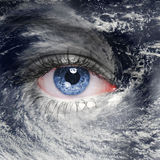 Un ojo verde en el medio de un huracán Foto de archivo libre de regalías