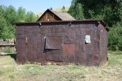 Un ol, casa del goldrush hecha con latas de la galleta en Idaho Imagen de archivo