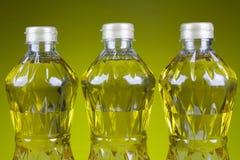 Un olio di tre bottiglie dell'oleina raffinata della palma dal pericarpo Fotografie Stock Libere da Diritti
