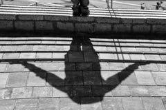 Un'ombra di un uomo sui precedenti di pietra fotografia stock