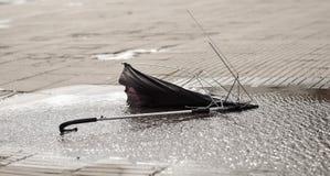 Un ombrello che ha perso la sua lotta Immagini Stock Libere da Diritti