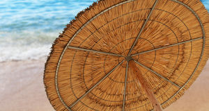 Un ombrello di sole a lamella che simbolizza vacationing di estate Fotografia Stock Libera da Diritti