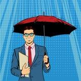 Un ombrello diritto della tenuta dell'uomo d'affari che protegge i suoi soldi agli investimenti Fotografia Stock