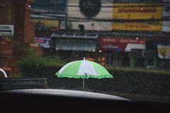 Un ombrello quando sta piovendo Fotografie Stock