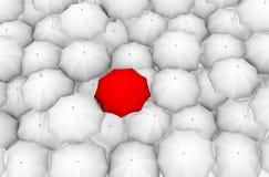 Un ombrello rosso ed il bianco di resto Fotografia Stock