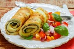Un'omelette tradizionale della prima colazione con spinaci e un'insalata fresca del pomodoro, una cipolla rossa e un basilico Uov Fotografie Stock Libere da Diritti