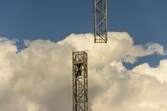 Un opérateur après séparation d'un module de la tour de grue pour d Image stock