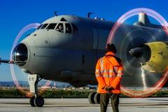 Un opérateur d'air italien, devant l'avion Océan atlantique Photos libres de droits