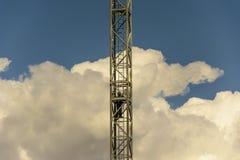 Un opérateur procède séparer un module de la tour f de grue Image libre de droits