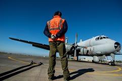 un operatore dell'aria italiana, davanti all'aeroplano Immagini Stock Libere da Diritti