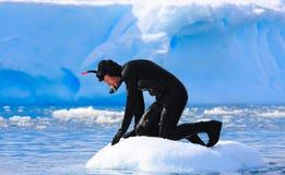 Un operatore subacqueo sul ghiaccio Fotografia Stock Libera da Diritti