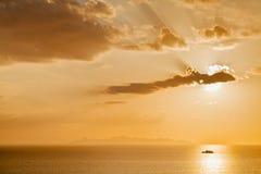 Un'ora dorata scenica del tramonto con il raggio di sole attraverso la nuvola, mui Ko Sa Fotografia Stock