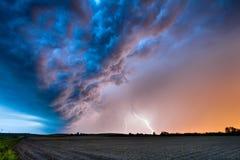 Un orage de ressort au coucher du soleil photo libre de droits