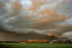 Un orage en Transylvanie, Roumanie est admirablement illuminé par la lumière du coucher de soleil photos libres de droits