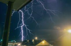 Un orage grave produit la foudre dangereuse dans une ville du Texas images stock