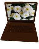 Un ordenador portátil en un fondo blanco con las flores hermosas en la pantalla Imagen de archivo libre de regalías