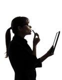 Femme d'affaires appliquant l'ordinateur de rouge à lèvres calculant l'étiquette numérique Image libre de droits