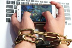 Un ordinateur est attaché à une main du ` s d'homme par une chaîne vigoureuse photos libres de droits
