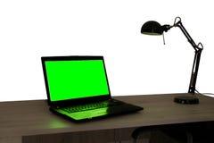 Un ordinateur portable avec l'écran vert images stock