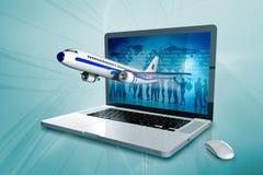 Un ordinateur portable avec le worldmap et l'avion Photographie stock libre de droits