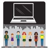 Un ordinateur portable et un groupe de personnes Photos libres de droits