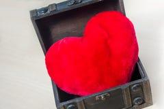 Un oreiller en forme de coeur de peluche Image stock
