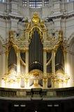 Un organe d'église brillant par le soleil images stock