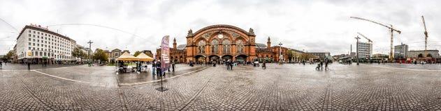 un orizzonte da 360 gradi del quadrato della stazione ferroviaria di Brema Fotografia Stock