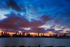 Un orizzonte dinamico del Dubai, UAE all'alba Fotografie Stock Libere da Diritti