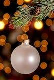 Un ornamento de la Navidad que cuelga de una ramificación del pino Fotos de archivo libres de regalías