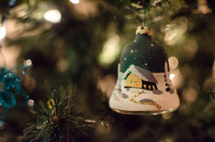 Un ornamento dipinto dell'albero di Natale della campana Fotografia Stock