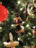 Un ornement de Noël de casse-noix sur un arbre de Noël lumineux Image libre de droits