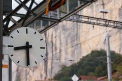 Un orologio alla stazione ferroviaria Fotografia Stock
