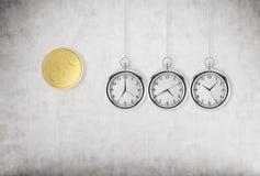 Un orologio da tasca come oscillazione del pendolo Una moneta del dollaro dell'oro come primo pezzo di pendolo Immagini Stock