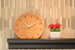Un orologio di legno Fotografie Stock Libere da Diritti