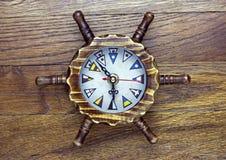Un orologio di legno di tema marittimo fotografia stock libera da diritti