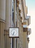 Un orologio nella costruzione amministrativa della città di Irkutsk Fotografia Stock