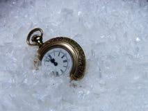 Un orologio nella neve Immagini Stock Libere da Diritti