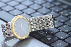 Un orologio sopra la tastiera Immagini Stock